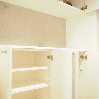 靴収納上にはちょっとした飾り棚も※写真は1階の反転間取り別部屋のものです