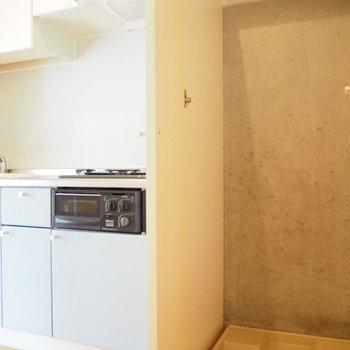 キッチン横には洗濯機置き場が※写真は1階の反転間取り別部屋のものです