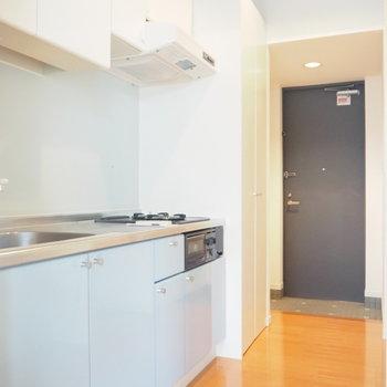 キッチンは水色で爽やかに※写真は1階の反転間取り別部屋のものです