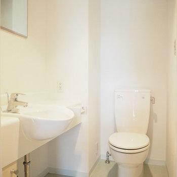 洗面台とトイレは同じお部屋ですがとっても綺麗※写真は1階の反転間取り別部屋のものです