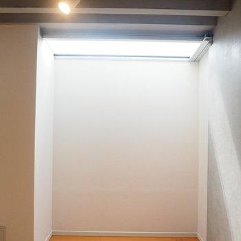 ここにベッドを置いたら朝日で起きれるかなあ、、※写真は1階の反転間取り別部屋のものです