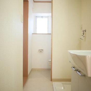 脱衣室の奥にトイレがあります