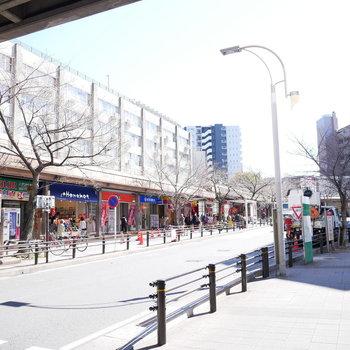 駅近くは飲食店は多くスーパーが2つ!