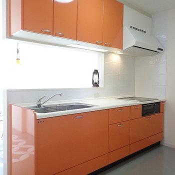 【LDK】まずキッチンの収納力、かなり高いです。※家具はサンプルです。
