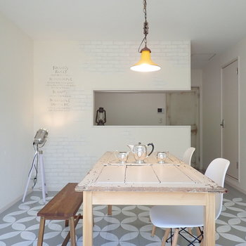 【LDK】カウンターキッチン越しに母の姿、お子さんは安心です。※家具はサンプルです。