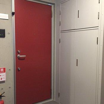 共用部はコンクリに赤のドアがかわいい!