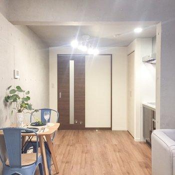 【LDK】キッチン周りも広々としています。※家具はサンプルです