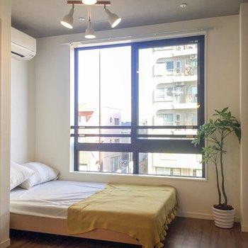 【洋室】ダブルベッドも置けますよ。※家具はサンプルです