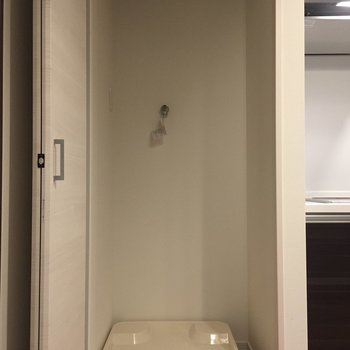 【LDK】キッチン横の扉を開くと洗濯機が。