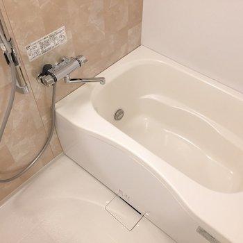 シャワーヘッドは位置を自由に調節できます。