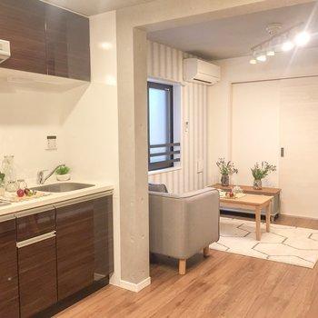 【LDK】リビングにはアクセントクロスが。※家具はサンプルです