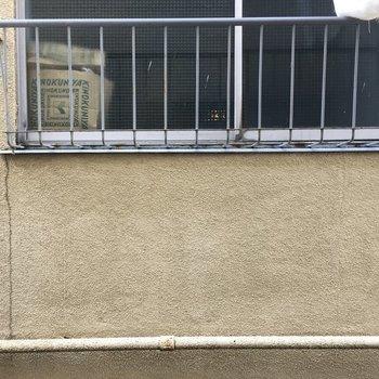 LDKの窓から。目の前がお隣さん…。