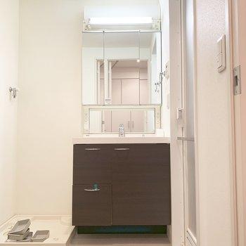 やや大きめの洗面台。※写真はクリーニング前のものです