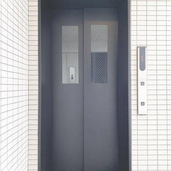 エレベーターはとっても早く13階まで上がります。