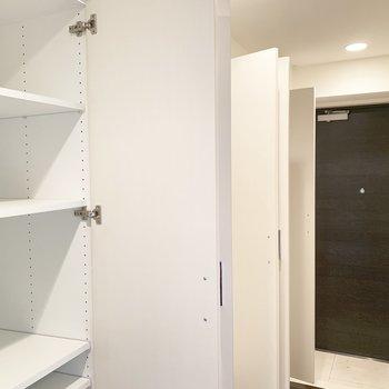 廊下の収納は、全部開けるとこんな感じです。※写真はクリーニング前のものです