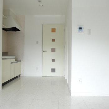 LDKは9帖。真っ白な空間でよりすっきりと。(※写真は同間取り別部屋のものです)