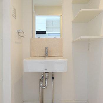 水回りは1階に。スクエアな洗面台がスタイリッシュ。(※写真は同間取り別部屋のものです)