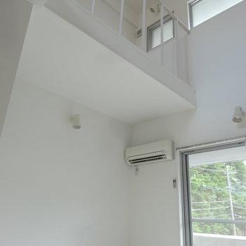 1階から見上げると、高さたっぷりでより広く見えます。(※写真は同間取り別部屋のものです)