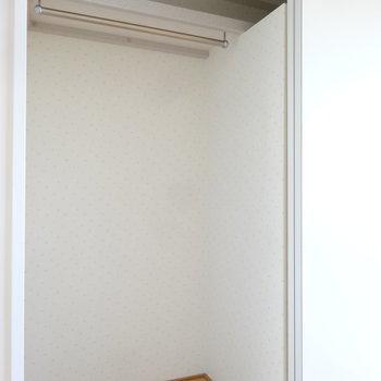 クローゼットはバー付きでお洋服もしっかり収納できます。(※写真は同間取り別部屋のものです)