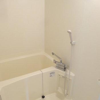 浴室もシンプルに。広さも程よくあります。(※写真は同間取り別部屋のものです)