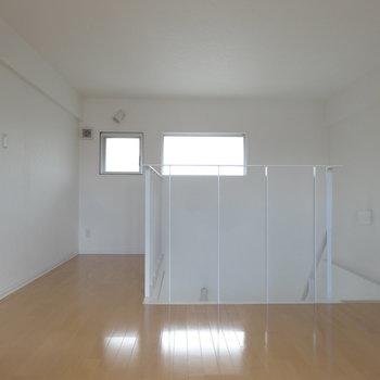 2階は約9帖の洋室。左手の奥まったところは書斎コーナーとして使えます。(※写真は同間取り別部屋のものです)