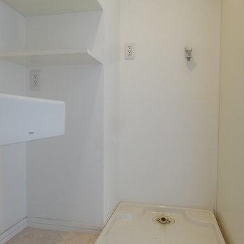 洗濯パンも室内にありますよ。洗剤類やスキンケア用品など置ける棚もついています。(※写真は同間取り別部屋のものです)