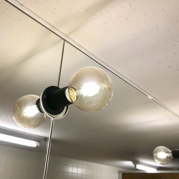 【トイレ】上を見上げるとお洒落なランプ。カフェみたいでしょう?