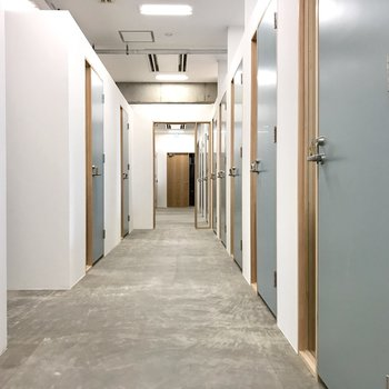 ブースの廊下はホワイトとブルー。爽やかな空間です。