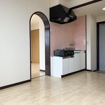 【DK】冷蔵庫は、アーチの左側でしょうか。 ※写真はクリーニング前のものです。