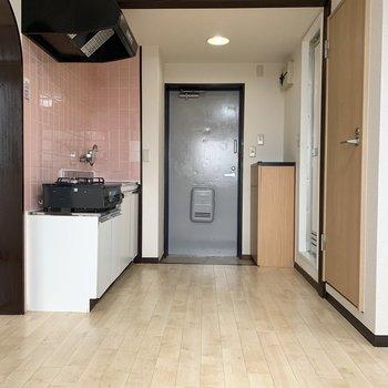【DK】あら、キッチンはピンク色。 ※写真はクリーニング前のものです。