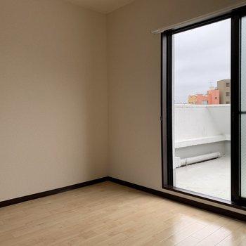 【洋室2】おやおや、外にでれそう。 ※写真はクリーニング前のものです。