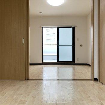 【洋室1】扉で区切れます。 ※写真はクリーニング前のものです。
