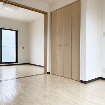 【洋室1】床が明るい色味なので、広く感じました。※写真はクリーニング前のものです。