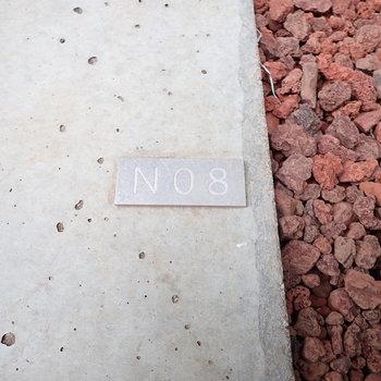 玄関前のブロックにはお部屋番号が。