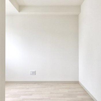 あちらの空間にはシェルフとテレビを。※写真は8階同間取り別部屋のものです