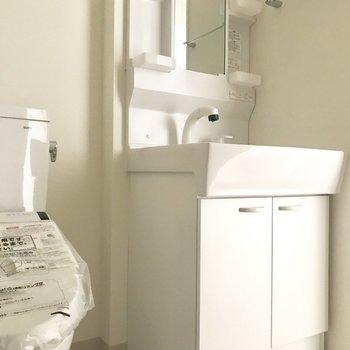 使いやすそうな洗面台。※写真は8階同間取り別部屋のものです