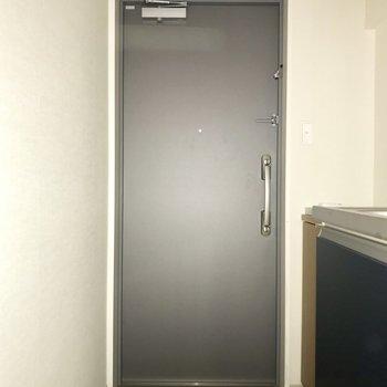 ゆとりのある玄関。※フラッシュを使用しています※写真は8階同間取り別部屋のものです