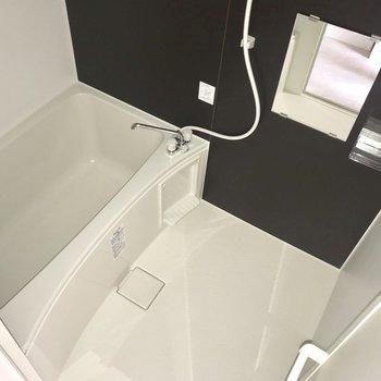 お風呂はちょうどいい広さ。※フラッシュを使用しています※写真は8階同間取り別部屋のものです