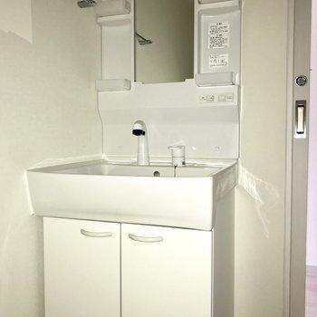 使いやすそうな洗面台。※フラッシュを使用しています※写真は8階同間取り別部屋のものです