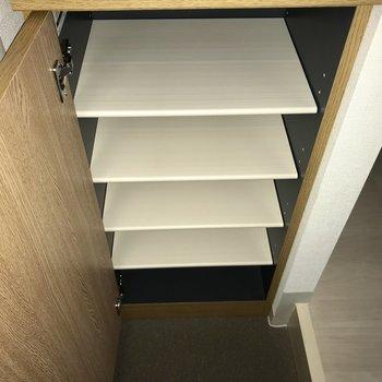 5足ほど、入るかな。※フラッシュを使用しています※写真は8階同間取り別部屋のものです