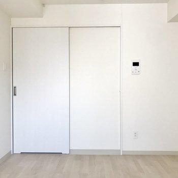真っ白な扉を開きまして、※写真は8階同間取り別部屋のものです