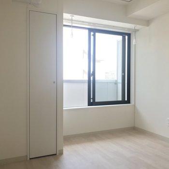 壁側にテレビを。※写真は8階同間取り別部屋のものです