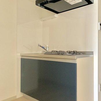 落ち着いた色味のキッチン※写真は通電前のものです