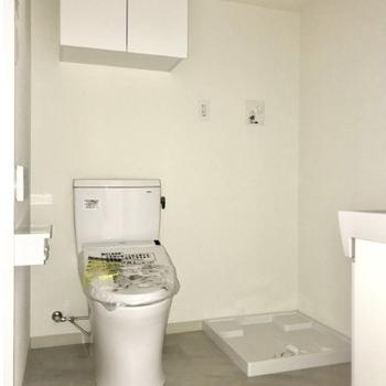 温水洗浄便座・収納スペースもあります※写真は通電前のものです