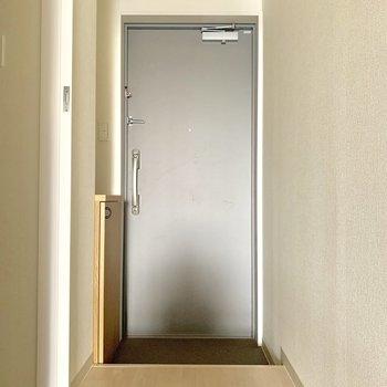 コンパクトな玄関※写真は通電前のものです