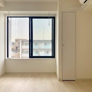 黒い太い窓枠がいいなぁ※写真は通電前のものです※写真は10階同間取り別部屋のものです