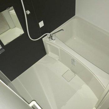 お風呂はちょうどいい広さ。※フラッシュを使用しています※写真は8階反転間取り別部屋のものです