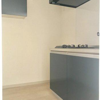 スペースのしっかり取られたキッチンスペース。※写真は8階反転間取り別部屋のものです