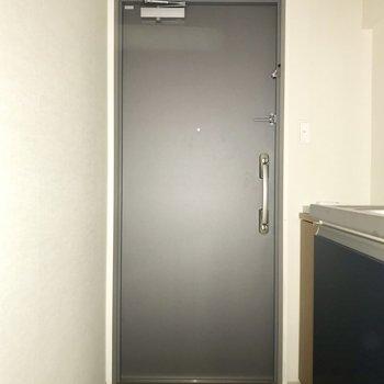 ゆとりのある玄関。※フラッシュを使用しています
