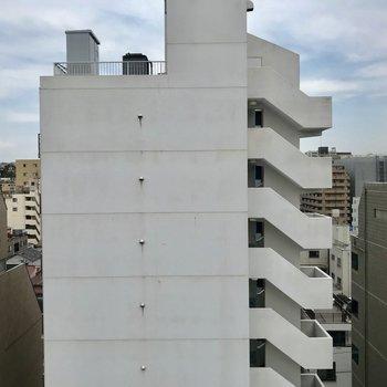 眺望は建物ですが距離がありますよ。※写真は8階同間取り別部屋のものです